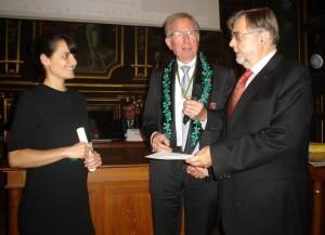 De gauche à droite, Aurélie Guérin, lauréate du Prix de la Société des amis des Facultés de Pharmacie de Paris, M leprésident de l'Académie Nationale de Pharmacie et M le président de la Société des Amis des Facultés de Pharmacie de Paris.