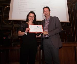 Pr Jean-François Bussières lors de la remise du Prix de l'Unité de recherche en pratique pharmaceutique à Dr Sonia Prot-Labarthe